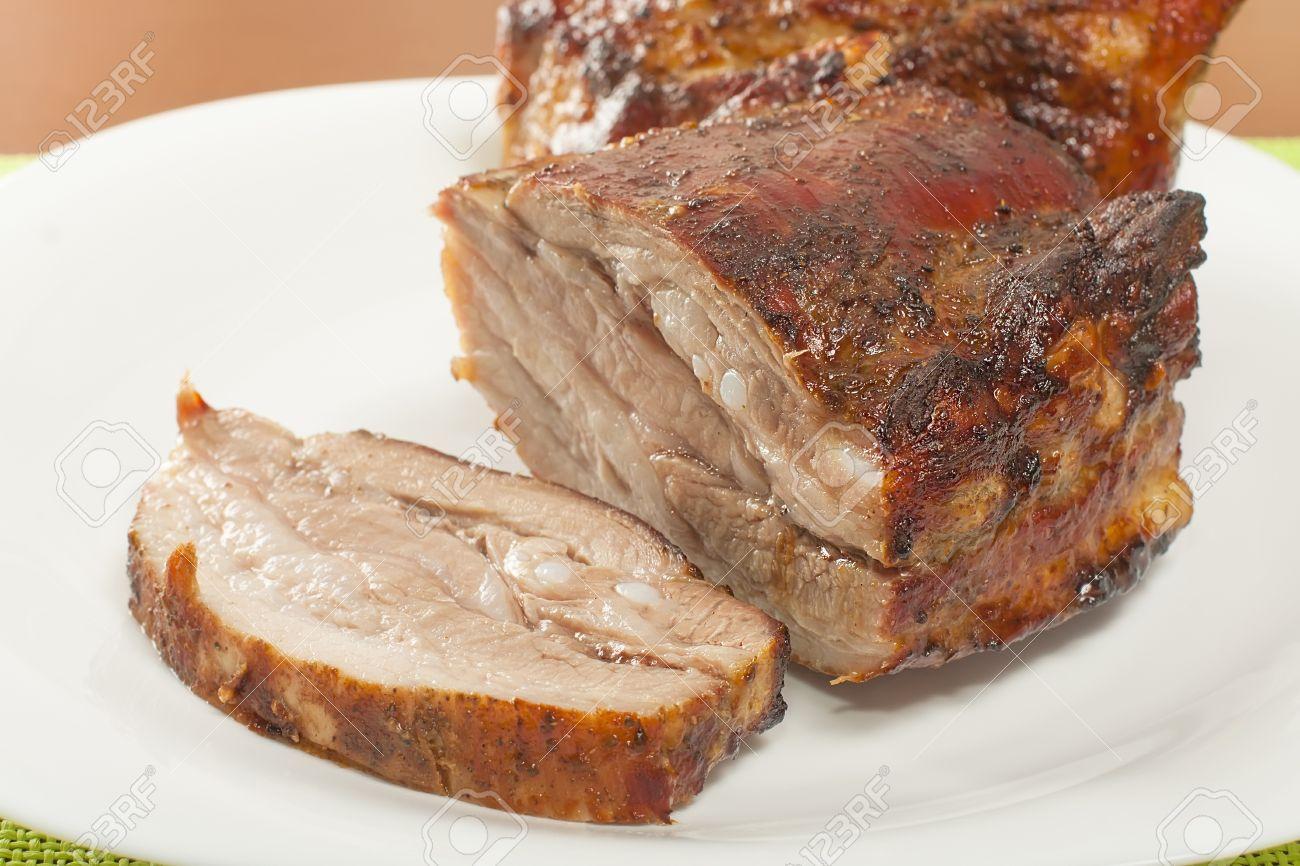 panceta-de-cerdo-asado-en-el-primer-de-la-parrilla-Foto-de-archivo